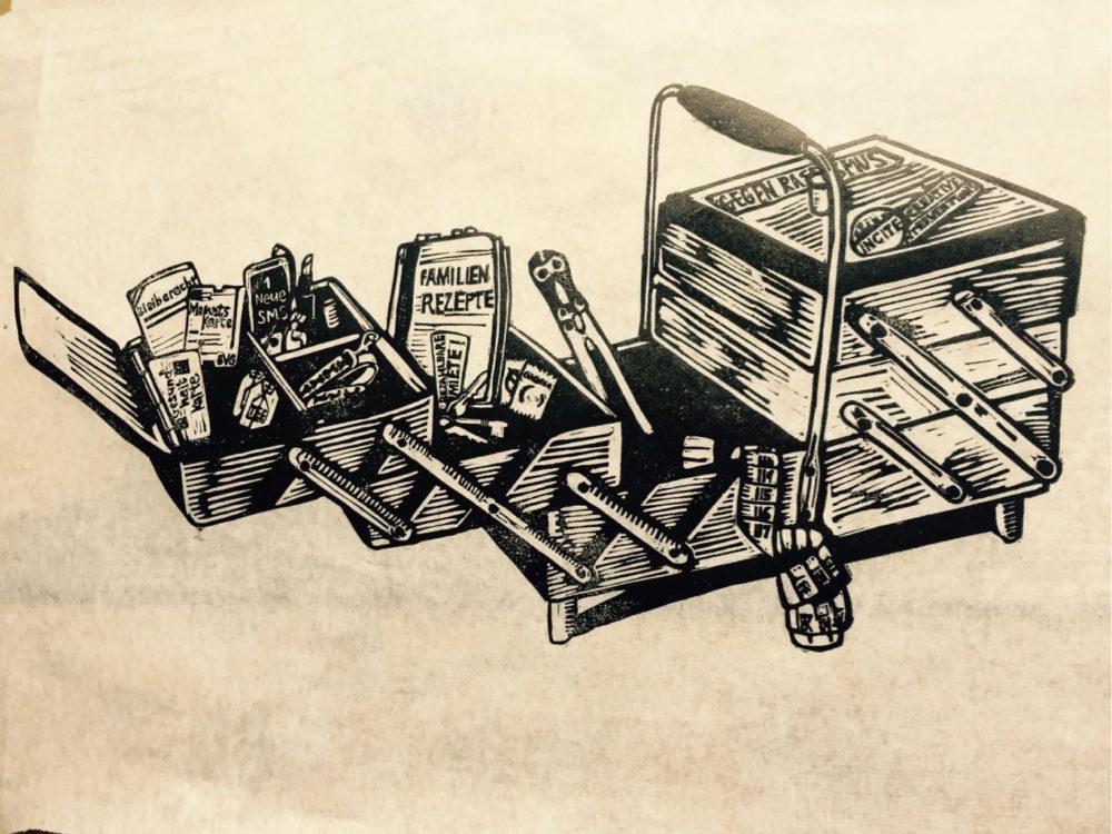 """geöffnete Nähkästchen mit verschiedene Objekte drin: ein """"Familienrezepte"""" Kochbuch, Maßband, Drahtzangen, Lippenstift, Kondome, ein BVG MonatsKarte, ein Schlüsselbund mit den Wörtern """"bezahlbare Miete"""", ein Visum mit dem Wort """"Bleiberecht"""", ein Handy mit eine neue SMS und ein Gesundsheitskarte"""